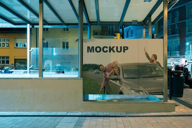 Billboard mockup bij metrostation