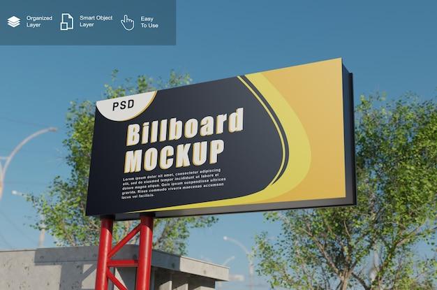 Billboard-mockup met oud gebouw en bomen
