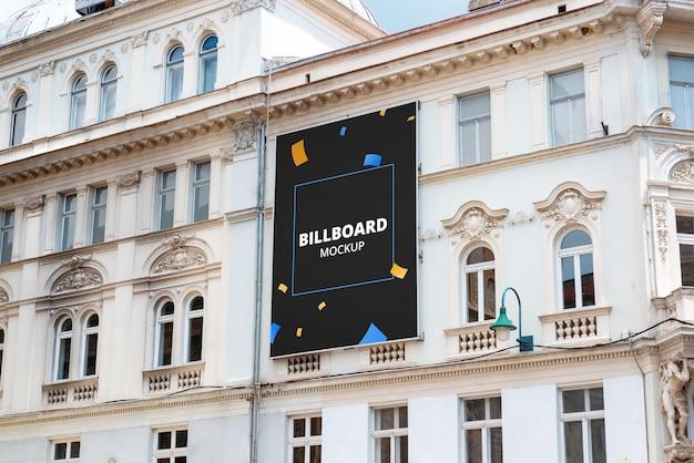Billboard-mockup op de gevel van een gebouw