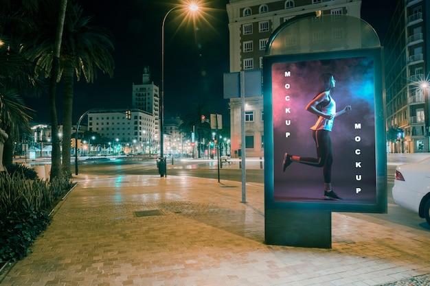 Billboard mockup 's nachts