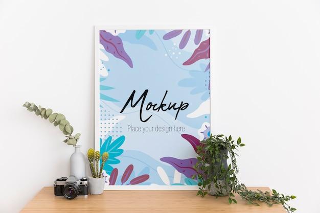 Binnen arrangement met mock-up frame en plant