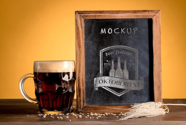 Birra nera dell'oktoberfest con cornice mock-up