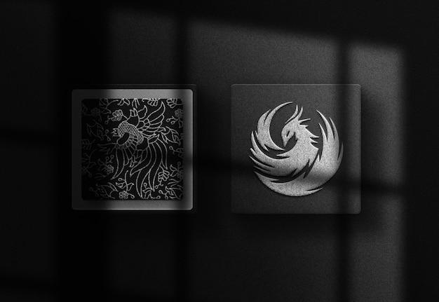 Black box-mockup met zilveren folie-reliëflogo