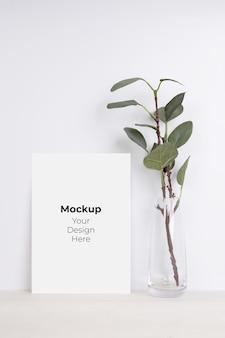 Blanco papier blad kopie ruimte met mockup en boom in fles glas op houten tafel