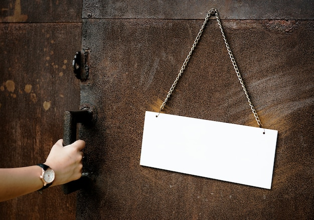 Blanco papier teken hangt aan de muur