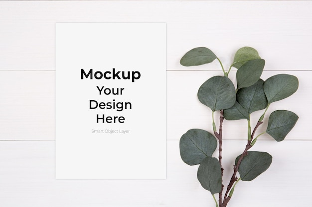 Blanco vel papier kopie ruimte met mockup en blad op houten tafel