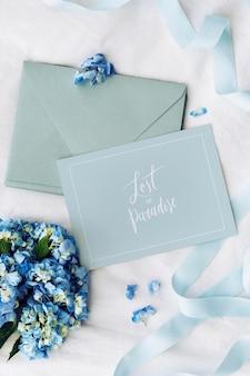 Blauwe envelop en kaartmodel met blauwe hortensia