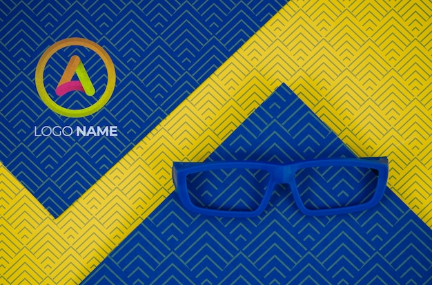 Blauwe montuurlens met bedrijfslogo-namen
