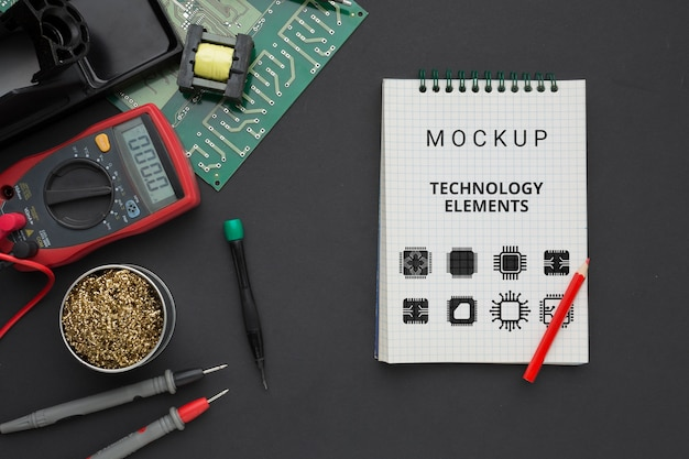 Bloc de notas de vista superior con herramientas electrónicas