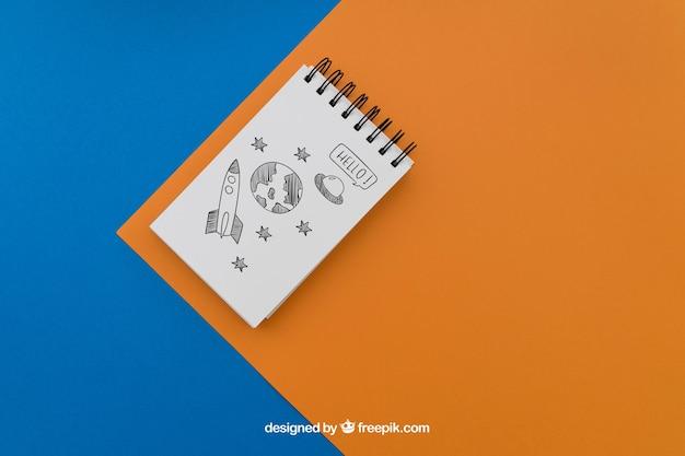 Blocco note su sfondo blu e arancione
