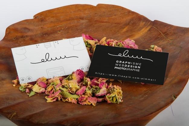 Bloemen en houten visitekaartje mockup