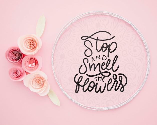 Bloemen kunstwerkframe met inspirerend bericht