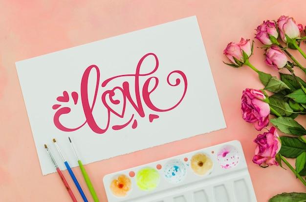 Bloemen met vel papier positief bericht