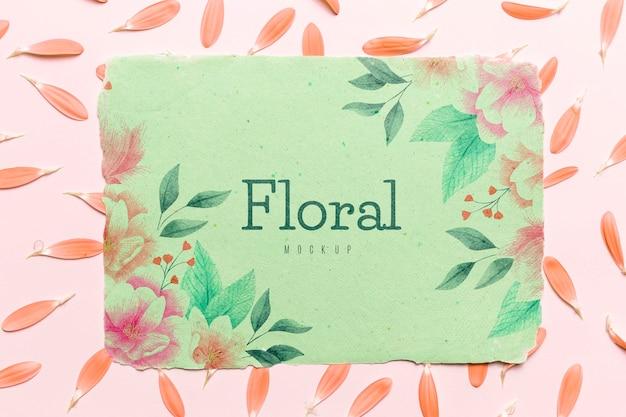 Bloemen mock-up met bloemblaadjes arrangement