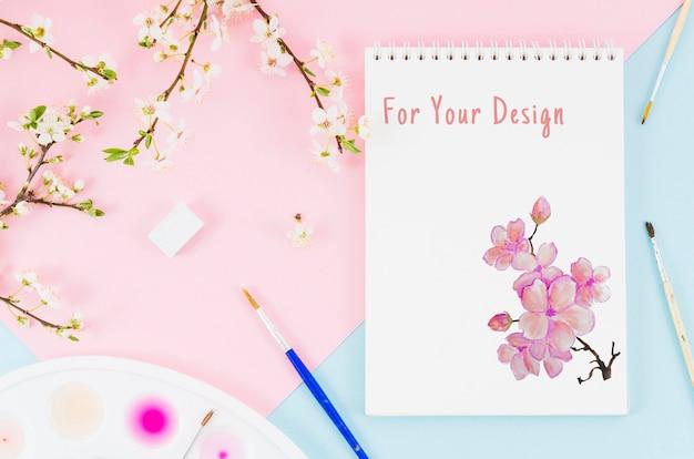 Bloemen naast notitieboekje met realistische tekening