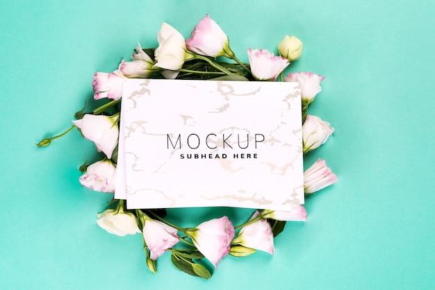 Bloemen samenstelling. krans gemaakt van roze bloemen eustoma met papier op blauw.