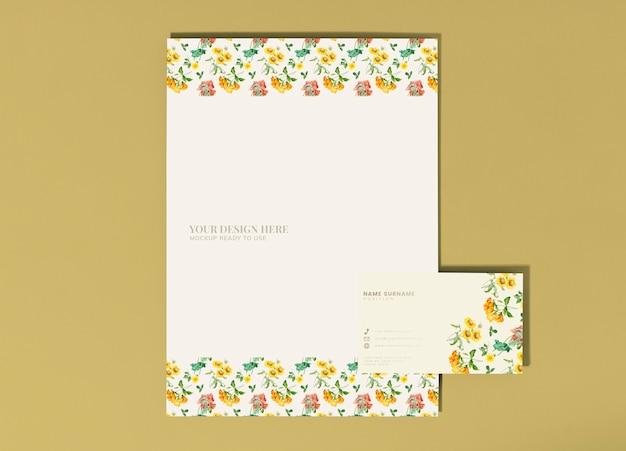 Bloemenposter en visitekaartjes mockup