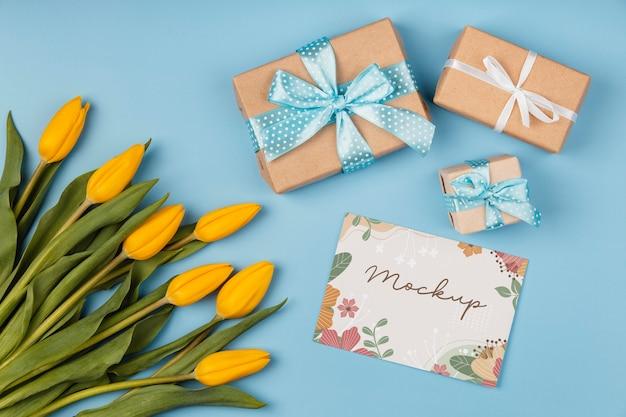 Bloemstuk met mock-up kaart en cadeautjes