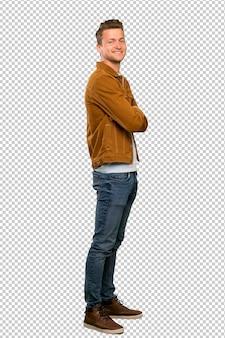 Blonde knappe man met gekruiste armen en vooruit kijken