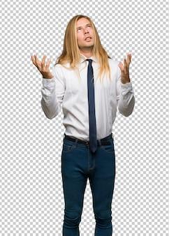 Blonde zakenman met lang haar gefrustreerd door een slechte situatie