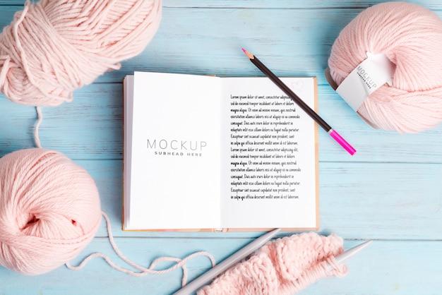 Bobinas de lana y cuaderno de maquetas para notas y patrón de tejido