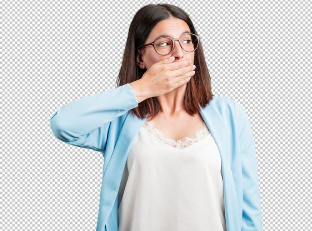 Bocca di copertura donna di mezza età, simbolo di silenzio e repressione, cercando di non dire nulla