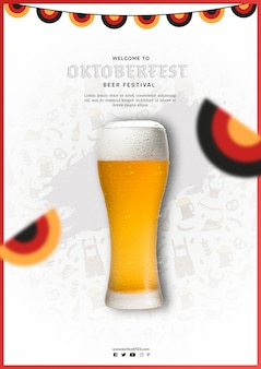 Boccale di birra dell'oktoberfest con bandiere colorate