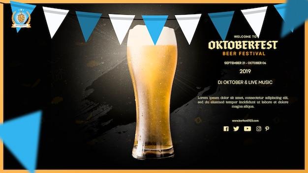 Boccale di birra dell'oktoberfest con bandiere ghirlanda