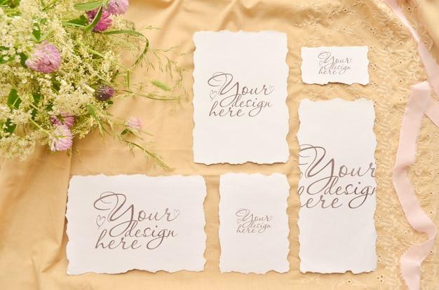 Boda plana con tarjetas de papel y flores silvestres