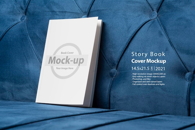 Boek met blanco omslag op fluwelen blauwe bank