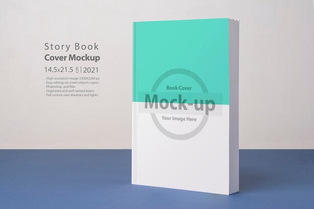 Boek met blanco omslagmodel op een blauwe ondergrond