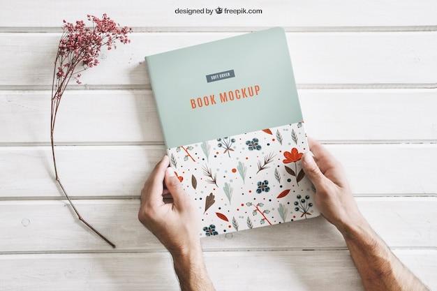 Boek mock-up met handen