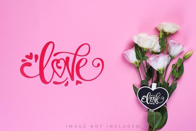 Boeket van bloeiende roze eustoma bloemen met inscriptie van de liefde