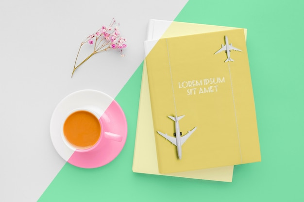 Boekomslag mock-up compositie met kopje koffie