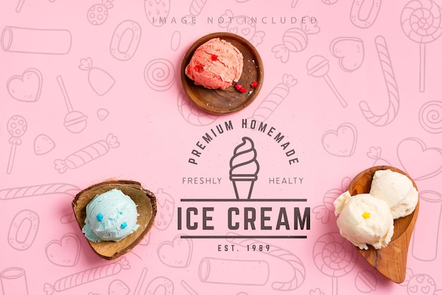 Bolas de helado o gelato colorido natural frío fresco casero en las conchas orgánicas de madera en una maqueta de color rosa pastel con espacio de copia. vista superior.