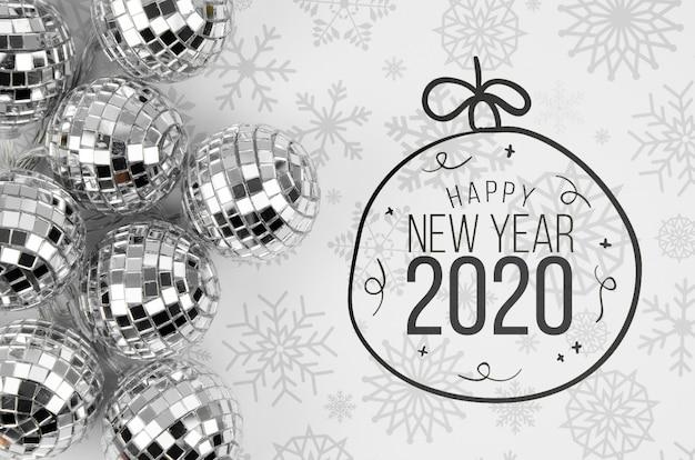 Bolas de navidad de plata con feliz año nuevo 2020
