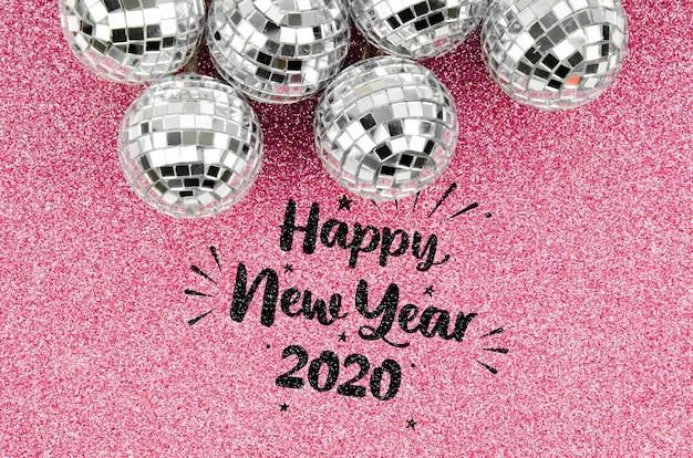 Bolas de navidad de plata y letras de feliz año nuevo