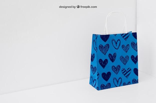 Bolsa de papel azul en esquina