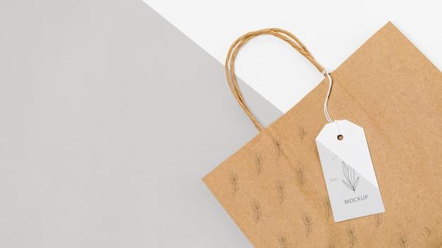 Bolsa de papel ecológica y maqueta de etiqueta de precio