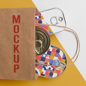 Bolsa de papel con latas
