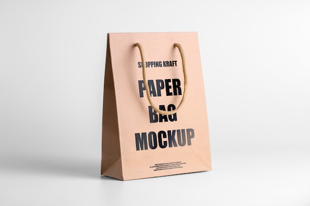 Bolsa de papel marrón maqueta para mercancía. plantilla de embalaje corporativo con logo. psd tres cuartos ver paquete editable kraft