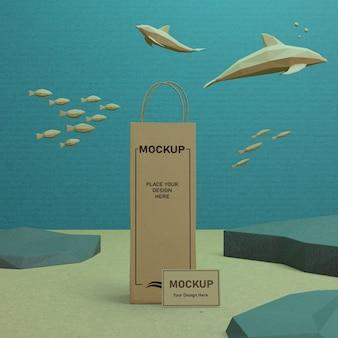 Bolsa de papel y vida marina bajo el agua con maqueta