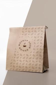 Bolsa de plástico con maqueta de café en la mesa
