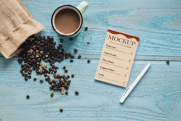 Bolsa textil plana llena de granos de café.