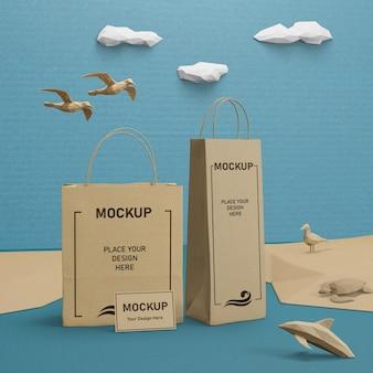 Bolsas de papel y vida marina con concepto de maqueta