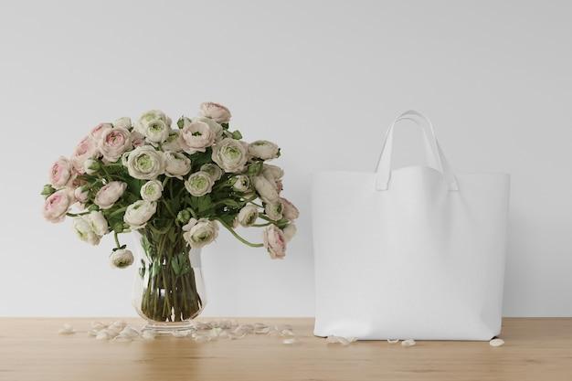 Bolso blanco y flores en jarrón