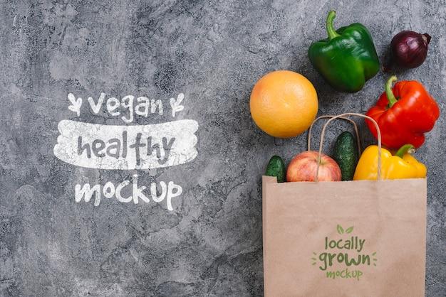 Bolso de compras con maqueta de comida vegana de pimiento