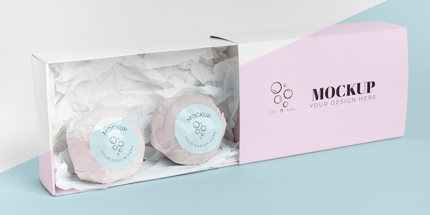 Bombas de baño rosas en disposición de caja