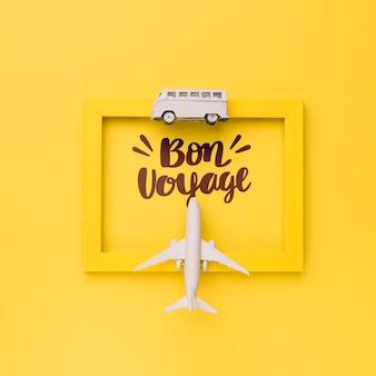 Bon voyage, buen viaje, frase o lettering en marco amarillo con avión y furgoneta