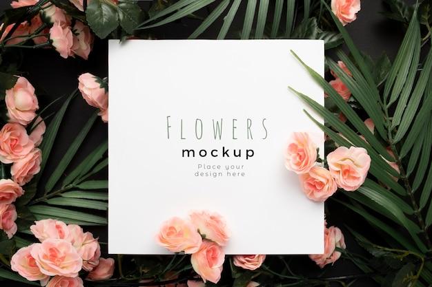 Bonita plantilla de maqueta con hojas de palmera con fondo de flores rosas